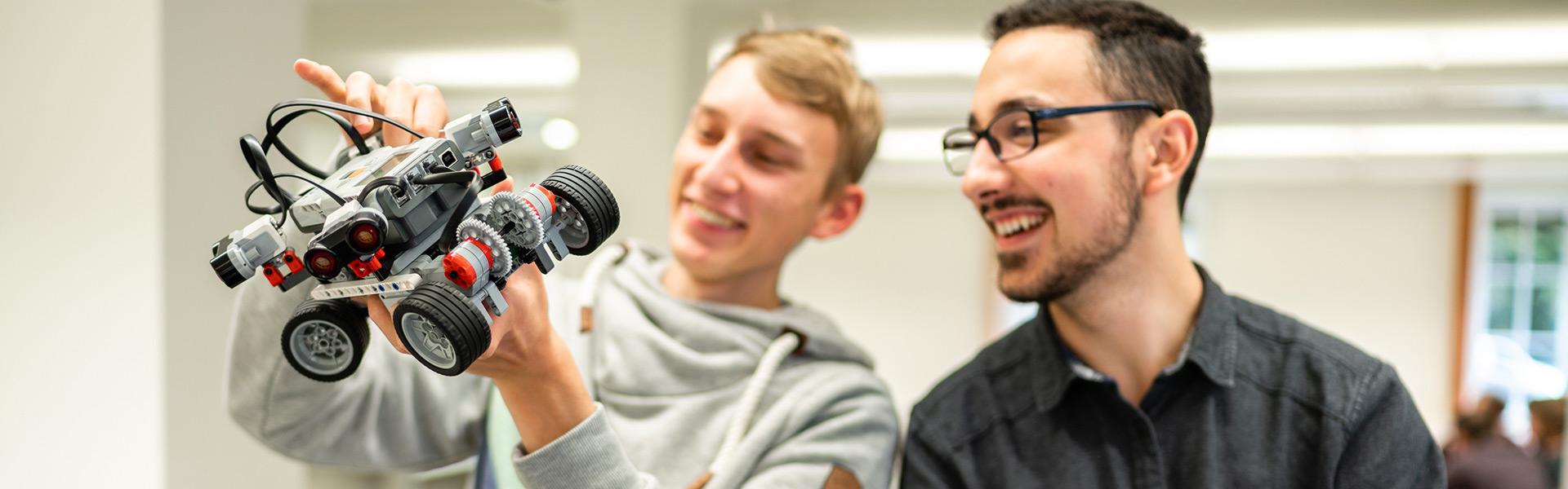 Informatik Bachelor-Studium an der Hochschule Zittau/Görlitz - Studierende prüfen eine Modell eines Elektroautos.