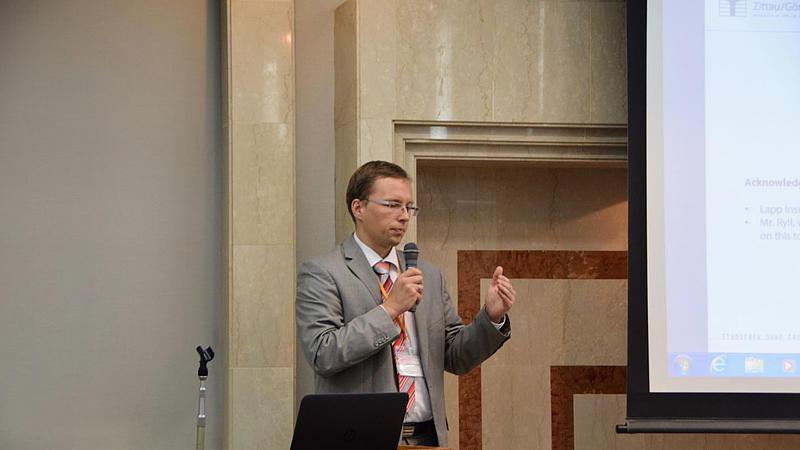 Prof. Stefan Kornhuber bei der Präsentation des geladenen Beitrags