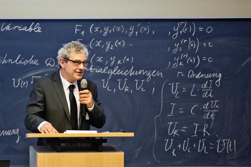 Der Rektor – Magnifizenz Prof. Dr. phil. Friedrich Albrecht – überbringt das Grußwort der Hochschulleitung, Foto: Carla Schmidt, Zittau