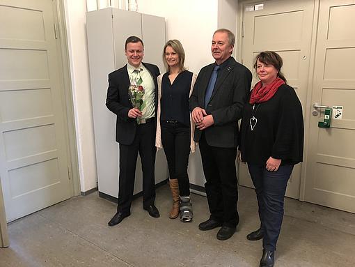 Sebastian Schmidt nach der Verteidigung zusammen mit seiner Frau und seinen Eltern