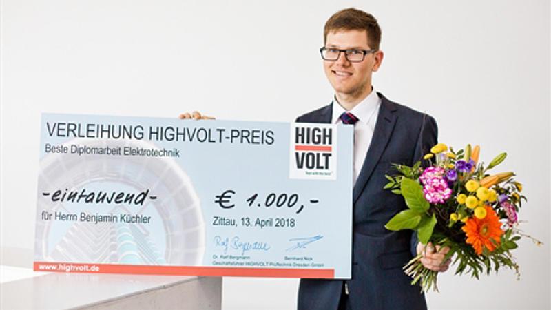 Benjamin Küchler mit Scheck von High Volt