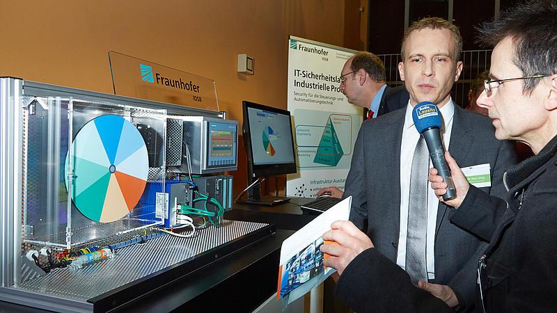 Bei der Eröffnung des Cyberlabors im Januar 2017 stellte sich Prof. Dr. Lässig den interessierten Fragen der Medienvertreter zum Thema Cybersicherheit