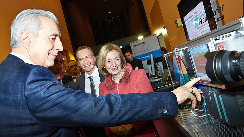 Ministerpräsident Tillich und Bundesministerin für Bildung und Forschung Prof. Wanka zeigten sich sehr interessiert am neuen Cyberlabor