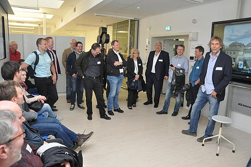 Bild 6: Der Leitende Laboringenieur – Dr.-Ing. Wolfgang Menzel – freute sich über das große Interesse an der Besichtigung der modernen Laboratorien des Fachbereiches Elektrotechnik, Foto: HSZG