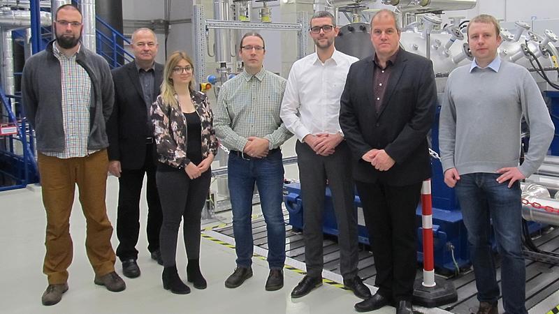 Laborleiter Herr Klette (links) führt die Gäste der LEAG durch das Zittauer Kraftwerkslabor